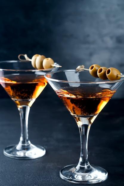 Copo de martini e azeitonas Foto Premium