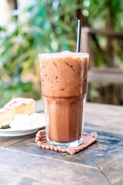 Copo de milkshake de chocolate gelado Foto Premium