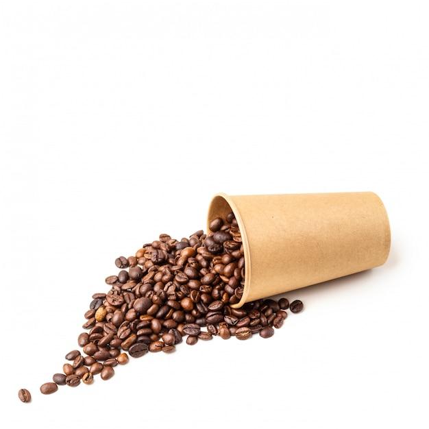 Copo de papelão cheio de grãos de café. isolado. Foto Premium