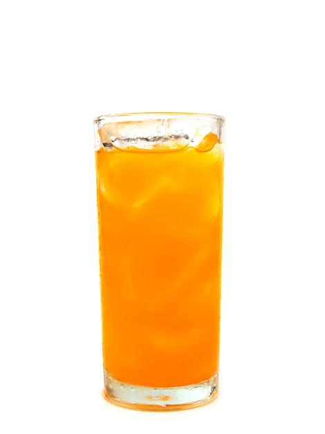 Copo de refrigerante de laranja com gelo no fundo branco Foto Premium