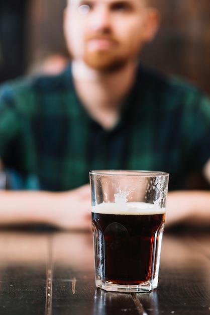 Copo de rum na mesa de madeira Foto gratuita