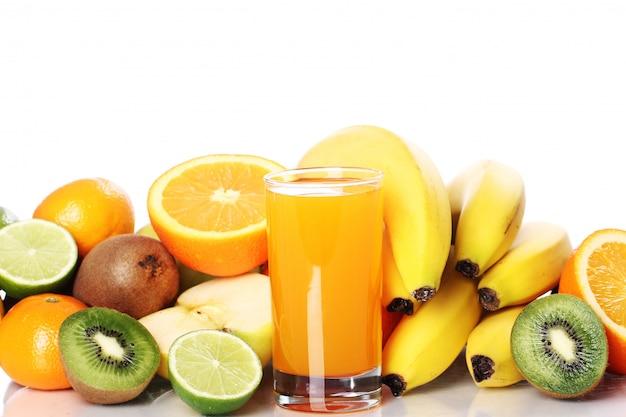 Copo de suco de frutas frescas Foto gratuita