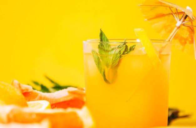 Copo de suco de laranja com hortelã Foto gratuita
