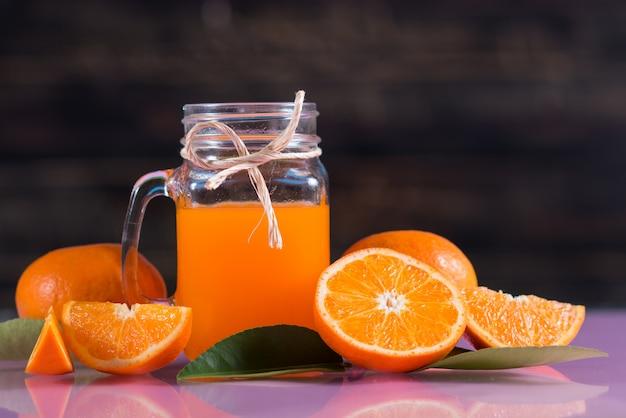 Copo de suco de laranja fresco com fatia de laranja Foto gratuita