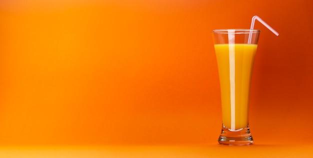 Copo de suco de laranja isolado em laranja Foto Premium
