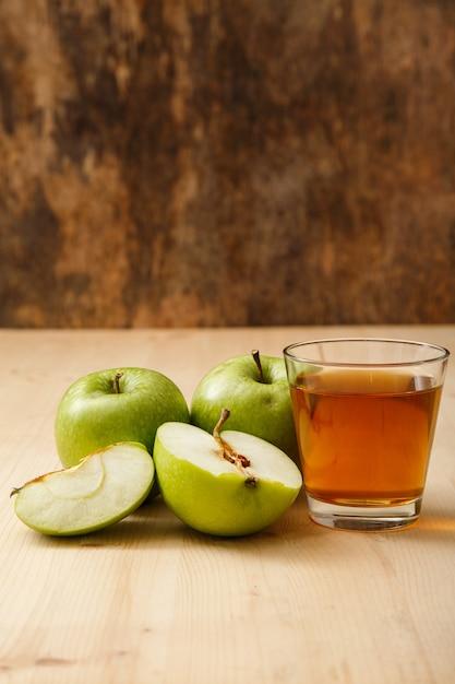 Copo de suco de maçã Foto gratuita