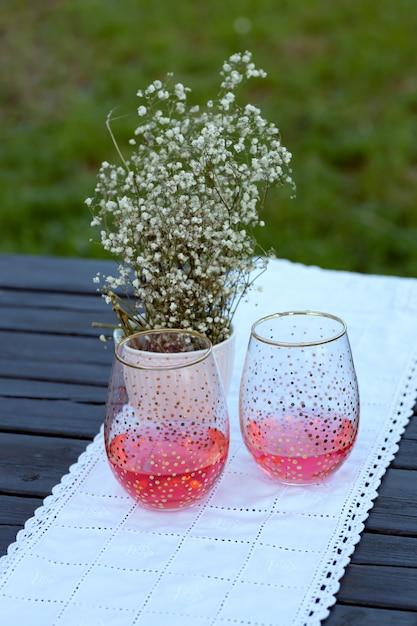 Copo de vidro com bebida vermelha Foto Premium