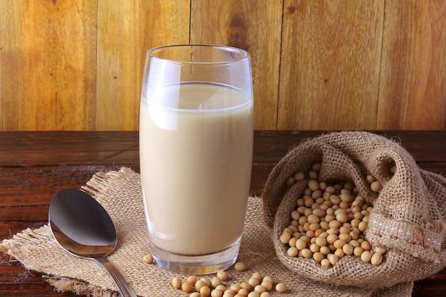 Copo de vidro com leite de soja fresco Foto Premium