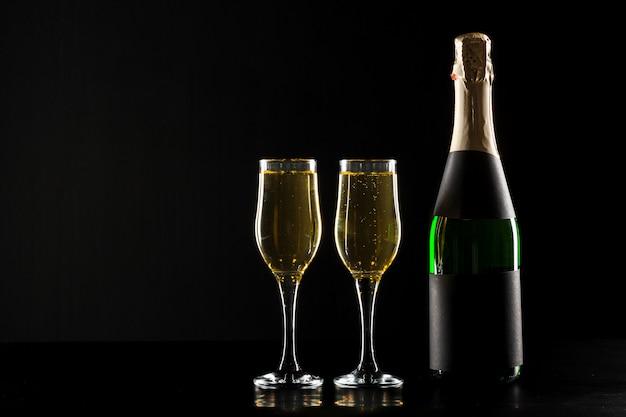 Copo de vinho e garrafa de champanhe Foto Premium