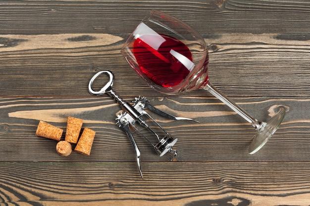 Copo de vinho na mesa de madeira Foto Premium