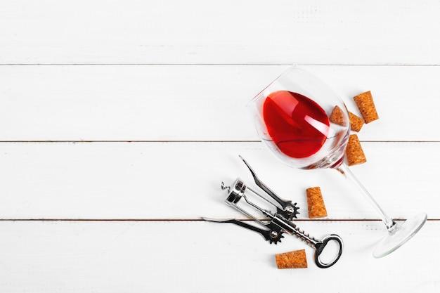 Copo de vinho no fundo de madeira Foto Premium