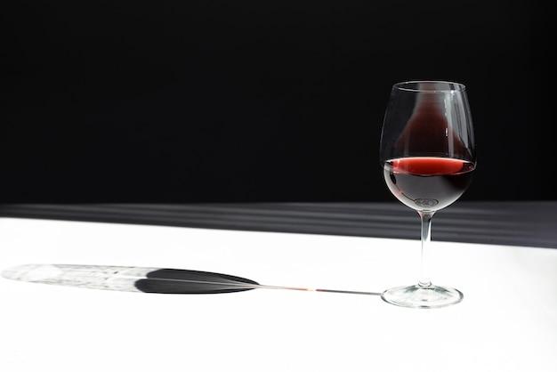 Copo de vinho tinto com espaço de cópia de sombra Foto gratuita