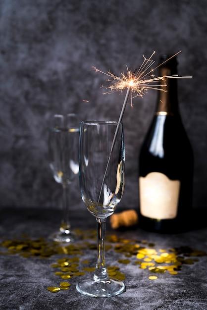Copo de vinho transparente vazio com diamante de natal em fundo de concreto de cimento Foto gratuita