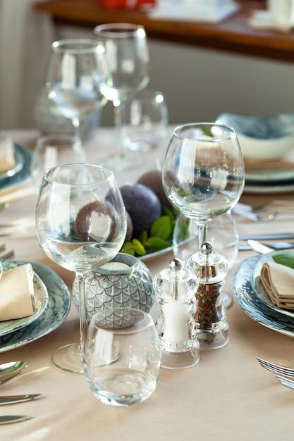 Copo de vinho vazio em uma mesa de restaurante Foto Premium