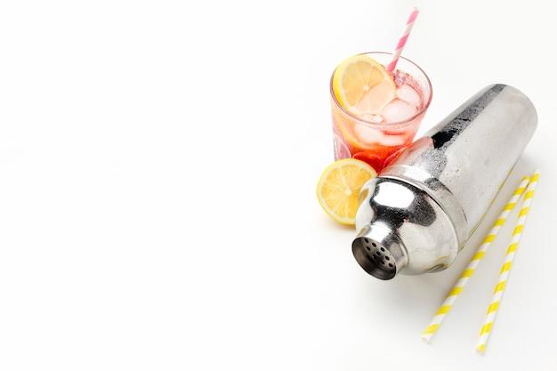 Copo de vodka de cranberry de ângulo alto com limão e gelo com espaço de cópia Foto gratuita