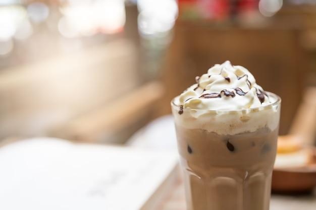 Copo do café congelado do mocha no fundo de madeira da tabela. conceito de comida e bebida Foto Premium