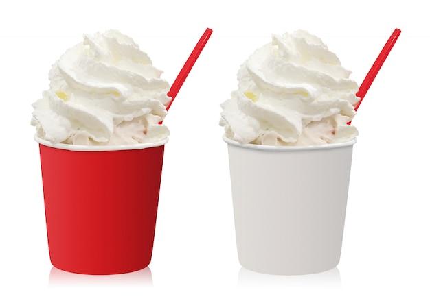 Copo do gelado com chantiliy isolado no fundo branco. Foto Premium
