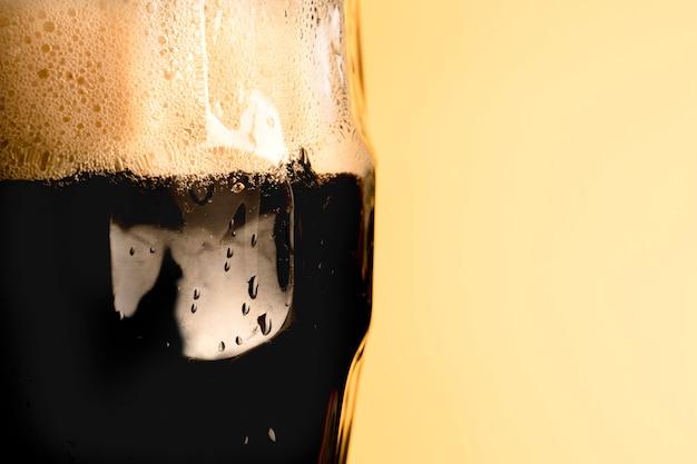 Copo fresco de bebida em fundo amarelo Foto gratuita