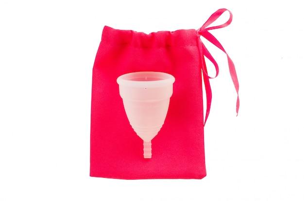 Copo menstrual com o saco isolado no fundo branco. Foto Premium