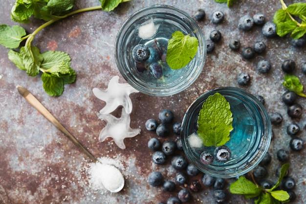 Copos com bebidas refrescantes de hortelã de mirtilo Foto gratuita