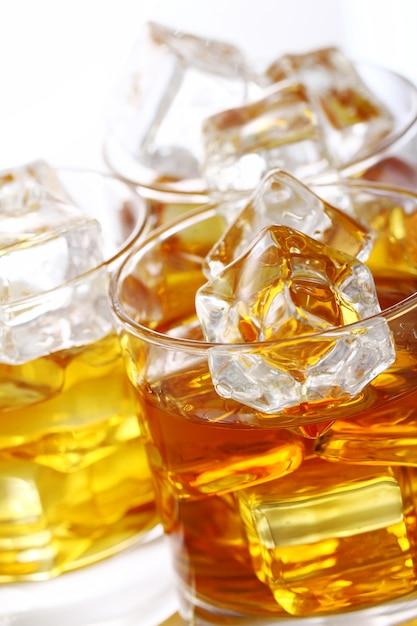 Copos com uísque frio Foto gratuita