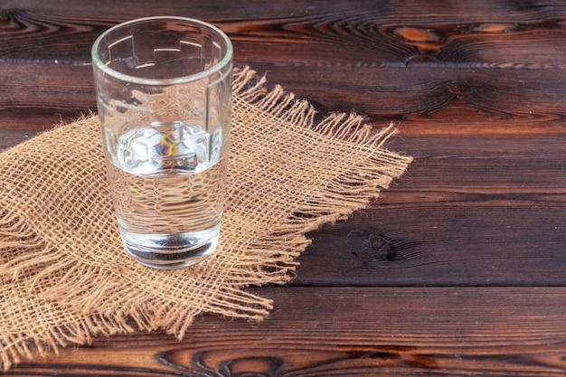 Copos de água em uma mesa de madeira. Foto Premium