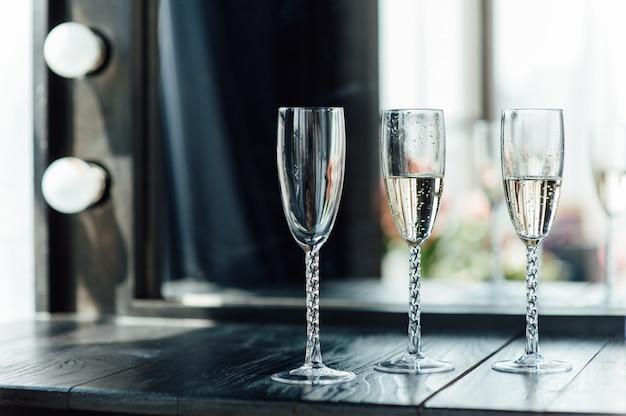 Copos de casamento cheios de champanhe no banquete Foto Premium