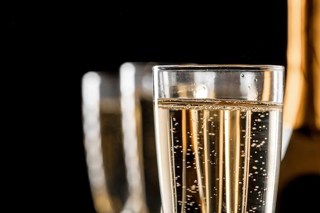Copos de champanhe com a garrafa Foto Premium