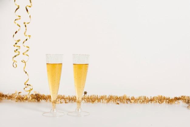 Copos de champanhe com espaço de cópia Foto gratuita
