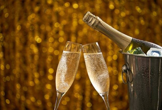 Copos de champanhe em um conceito abstrato de fundo, festa ou feriado, copie o espaço Foto Premium