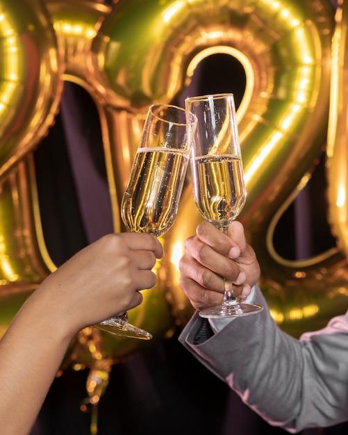 Copos de champanhe, sendo realizada nas mãos Foto gratuita