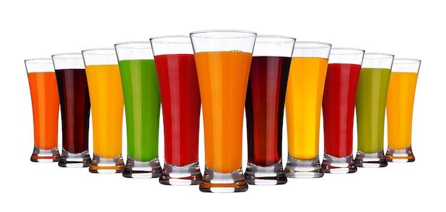 Copos de diferentes sucos de frutas e legumes isolados no branco Foto Premium