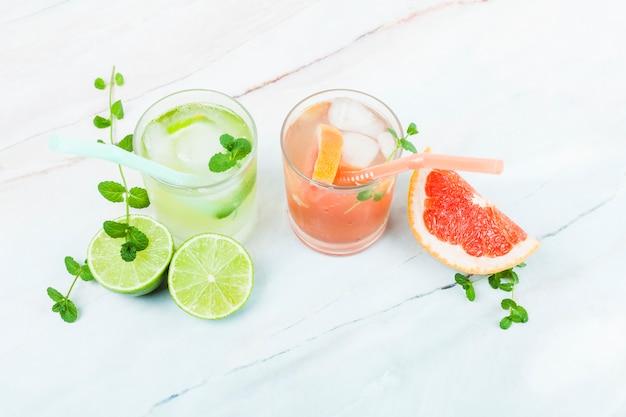 Copos de limonada com frutas fatiadas Foto gratuita