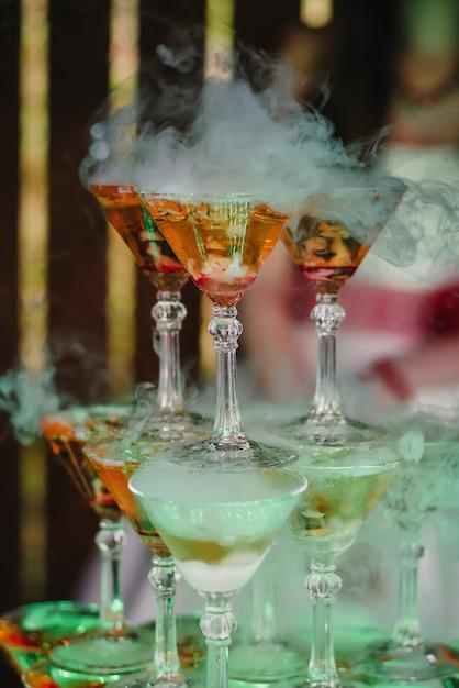 Copos de martini na colina com fumaça fresca Foto Premium