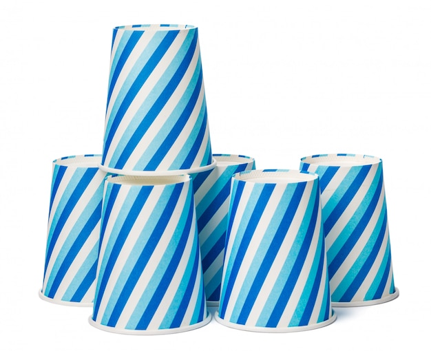 Copos de papelão decorados com padrão de linhas azuis, isolado no fundo branco Foto Premium