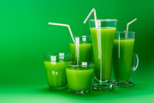 Copos de suco verde, maçã fresca e coquetel de aipo Foto Premium