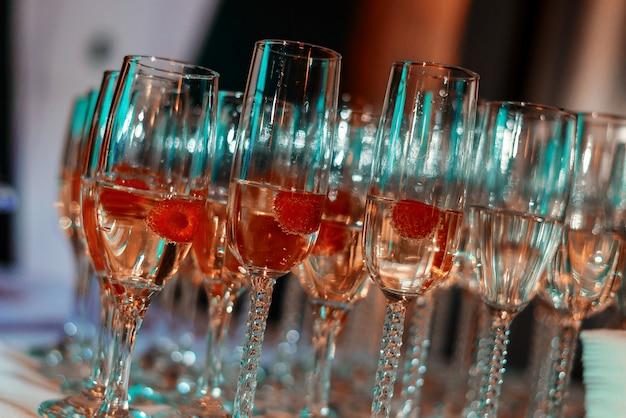 Copos de vinho branco em cima da mesa, muitos copos Foto Premium
