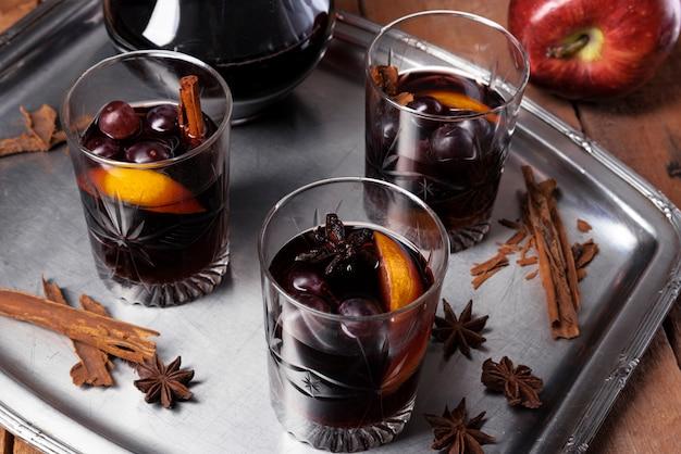 Copos de vinho com alto ângulo laranja Foto gratuita
