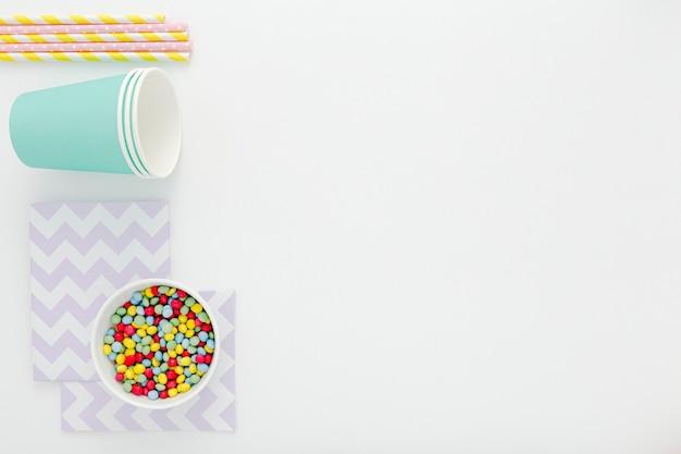 Copos e canudos de plástico Foto gratuita