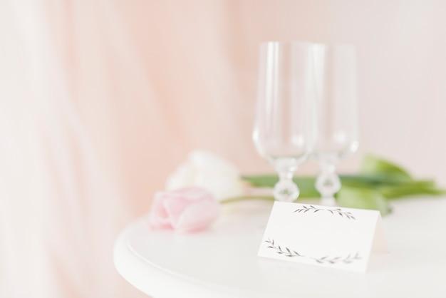 Copos e flores na mesa Foto gratuita