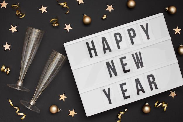 Copos festivos com sinal de feliz ano novo Foto gratuita