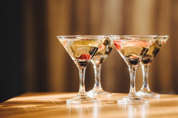 Copos transparentes com bebidas Foto Premium