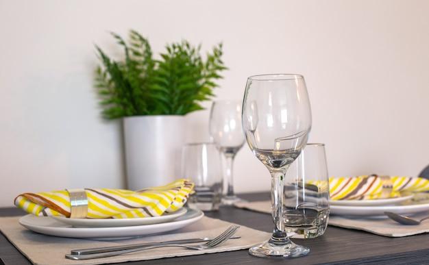 Copos vazios e discos na mesa de jantar Foto Premium
