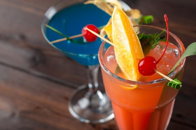 Coquetéis alcoólicos e não alcoólicos na mesa de madeira, bebidas frias de verão Foto Premium