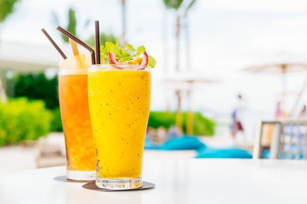 Coquetéis gelados beber copo com praia e mar Foto gratuita