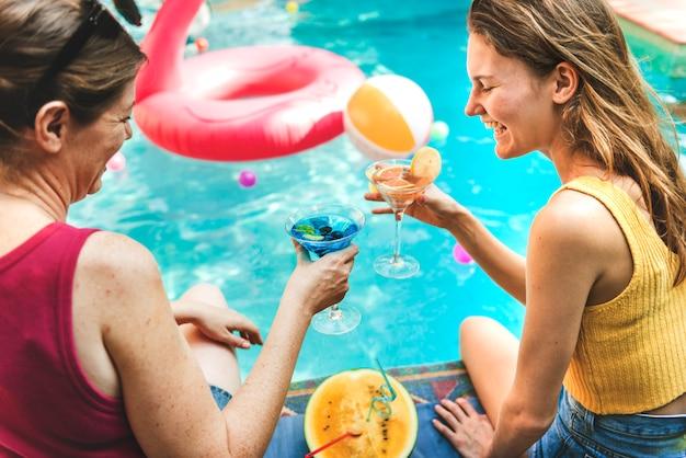 Coquetel à beira da piscina Foto Premium