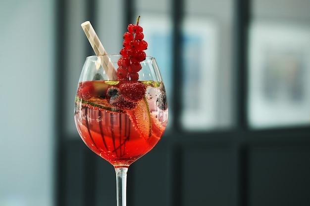 Coquetel alcoólico com frutas Foto gratuita