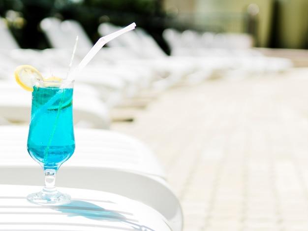 Coquetel azul frio com limão na espreguiçadeira Foto gratuita