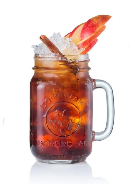 Coquetel de álcool em beber jar isolado no branco Foto Premium