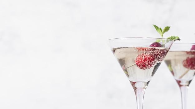 Coquetel de bebida alcoólica com espaço de cópia de framboesa Foto gratuita